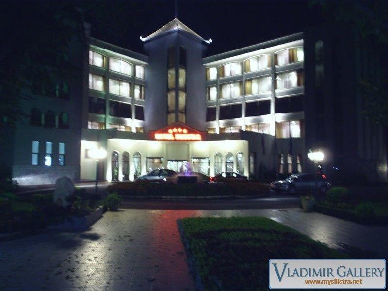 Хотел Дръстър през нощта