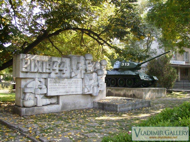 Руски танк Т-34 и паметник на Руската армия